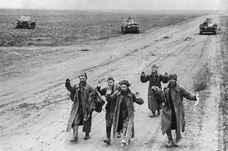 Советские солдаты сдаются в плен. Май 1942 г.