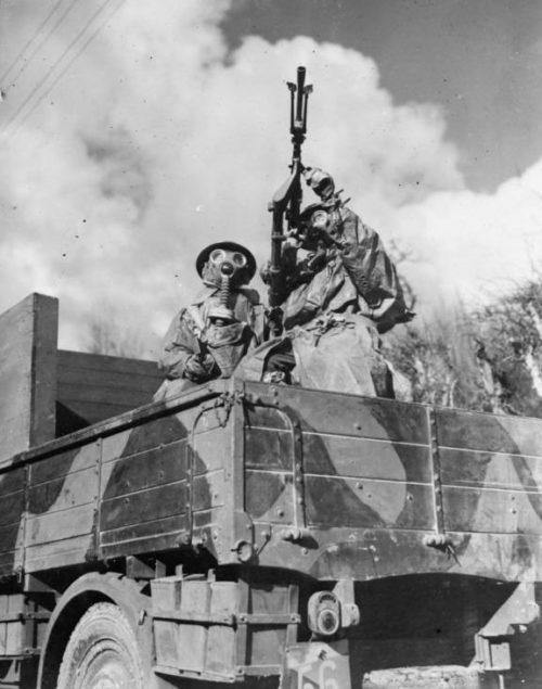 Солдаты RASC в противогазах и костюмах химической защиты с зенитным пулеметов в кузове грузовика в Сави-Берлетте. 8 марта 1940 г.