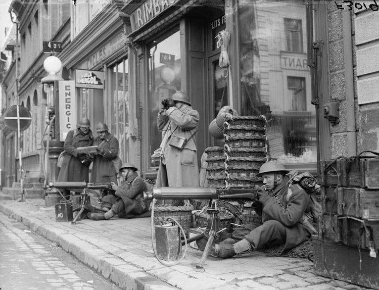 Пулеметы «Виккерса» у магазина в Сент-Поле. 8 марта 1940 г.