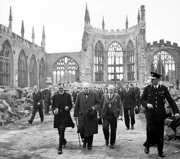 Уинстон Черчилль посещает руины собора Святого Михаила. 1941 г.