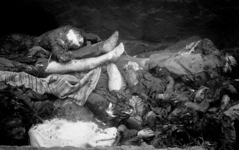 Тела убитых немцами мирных жителей в освобожденной Полтаве. Сентябрь 1943 г.