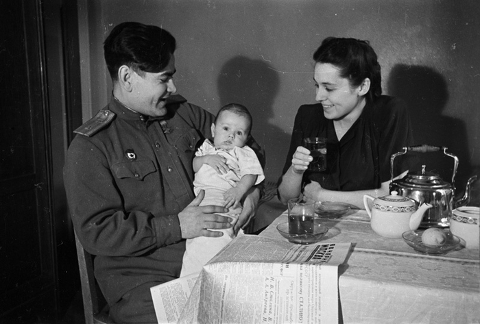 Алексей Маресьев с женой Галиной и сыном Виктором, 1946 г.