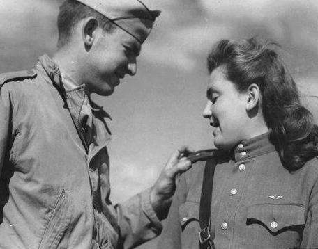 Американский летчик с лейтенантом Красной Армии. Полтава. 1944 г.