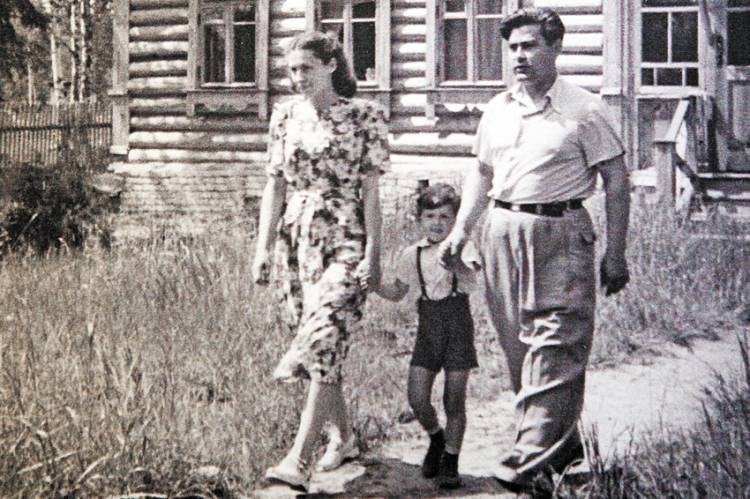 Маресьев с женой и сыном на даче. 1950 г.