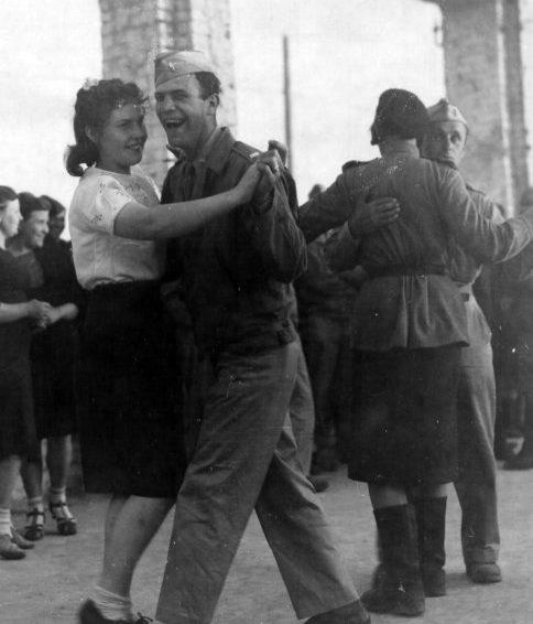 Танцы на аэродроме. Полтава. 1944 г.