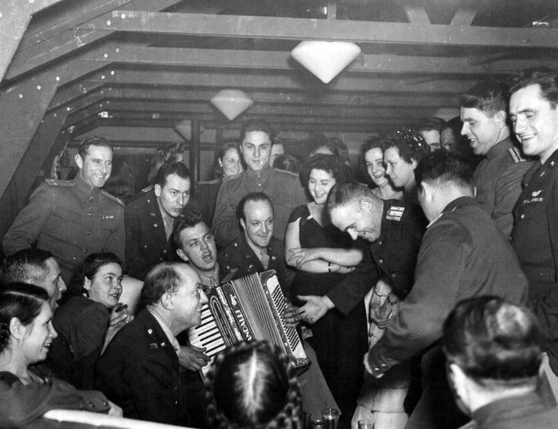 Время отдыха на аэродроме. Полтава, 1944 г.