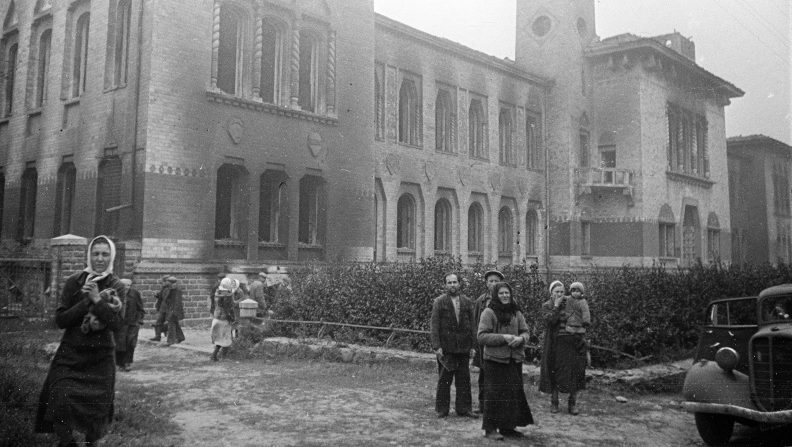 Полтавчане у сожженного и разграбленного немцами краеведческого музея. Сентябрь 1943 г.