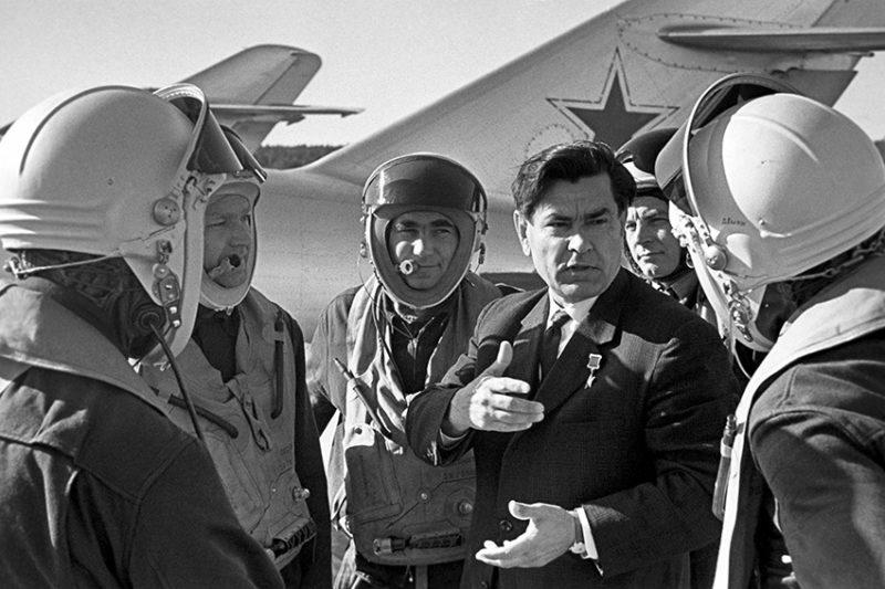 Маресьев среди летчиков-истребителей. 1967 г.