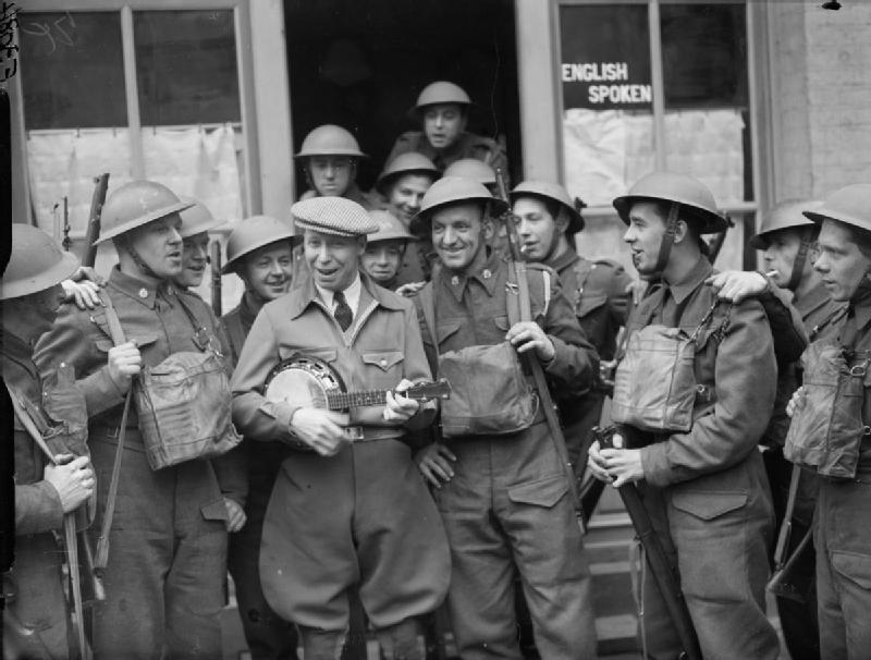 Джордж Формби развлекает солдат. 13 марта 1940 года.
