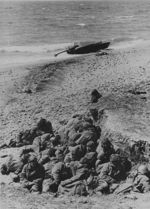 Пленные красноармейцы на берегу Керченского пролива. 1942 г.