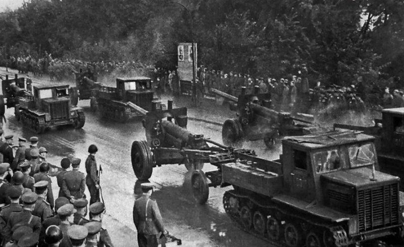 Парад боевой техники при открытии памятника 1200 воинам-гвардейцам. 30 сентября 1945 г.