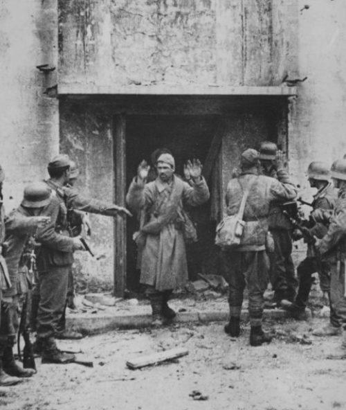 Красноармейцы сдаются на улице Керчи. 1942 г.