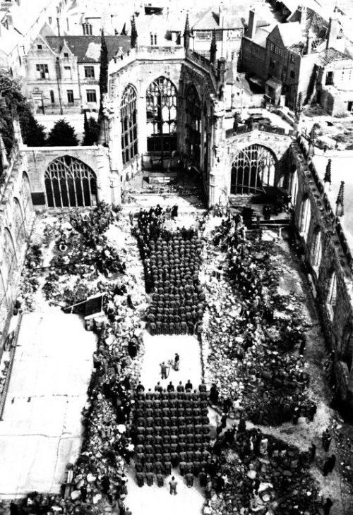 Раненые американские солдаты на богослужении в День матери в разрушенном соборе. Май 1945 г.