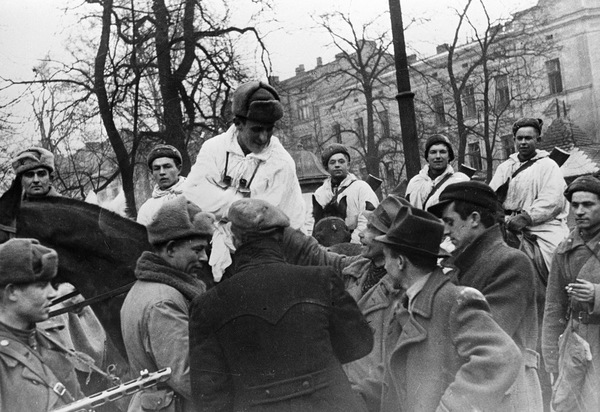 Красноармейцы общаются с горожанами. Январь 1945 г.