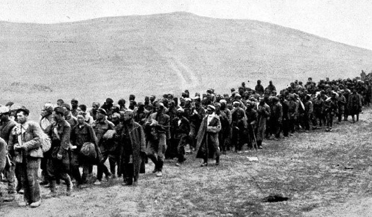 Советские военнопленные на сборном пункте под Керчью. 1942 г.