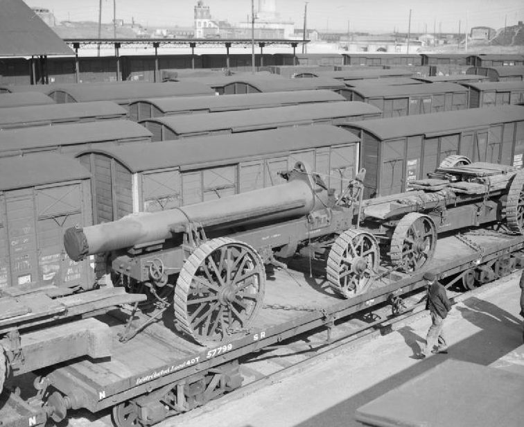 Ствол 12-дюймовой гаубицы сверхтяжелой батареи №2 Королевской артиллерии на железнодорожной платформе в Дюнкерке. 20 марта 1940 г.