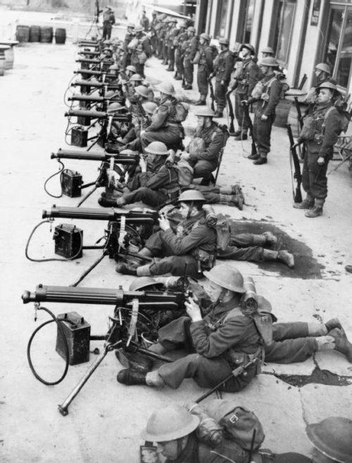 Войска 2-го батальона полка Мидлсекс 3-й дивизии тренируются на пулемете «Виккерса» в Гондекур. 21 марта 1940 г.