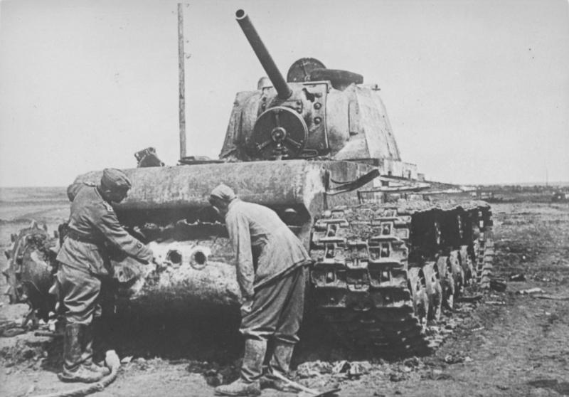 Подбитый танк КВ-1 под Керчью. Июль 1942 г.