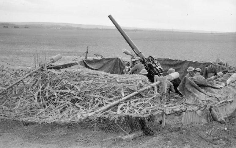 Замаскированные 3,7-дюймовые зенитные орудия недалеко от Реймса для обороны аэродрома. 23 марта 1940 года.