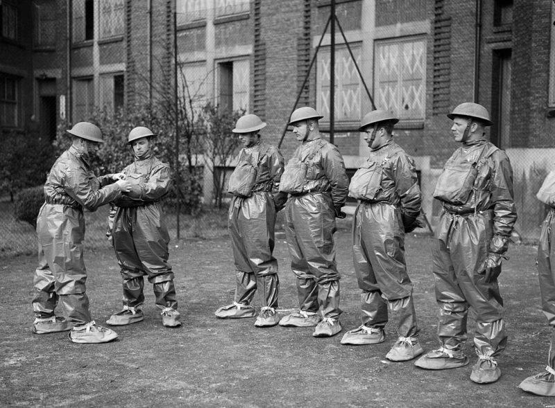 Тренировка по использованию костюмов химической защиты в Лилле. 25 марта 1940 г.