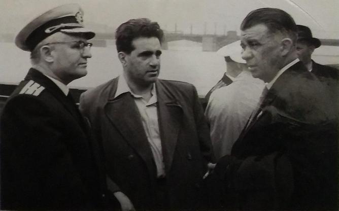 А.И. Маринеско с писателем А.А. Кроном Ленинград, пристань у Тучкова моста. 9 мая 1961 г.