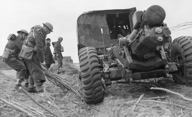Артиллеристы 3-го полка Королевской артиллерии с 6-дюймой гаубицей возле Кале. 30 марта 1940 г.