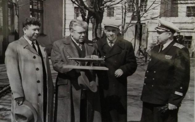 Слева направо: П.П. Ветчинкин (к-р Щ-309), В.И. Дмитриев (военный историк), А.И. Маринеско ( к-р С-13), М.П. Ефимов (сотрудник ЦВММ). 1961 г.