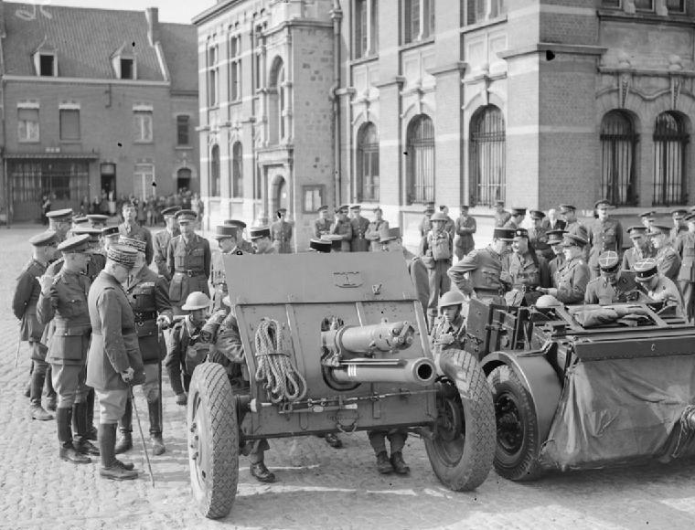 Генерал Жорж осматривает британские орудия в Орхее. Апрель 1940 г.