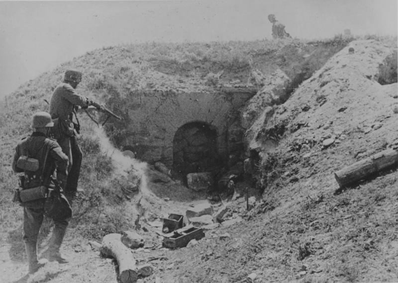 Немецкие солдаты у входа в бункер в районе Керчи. Июнь 1942 г.