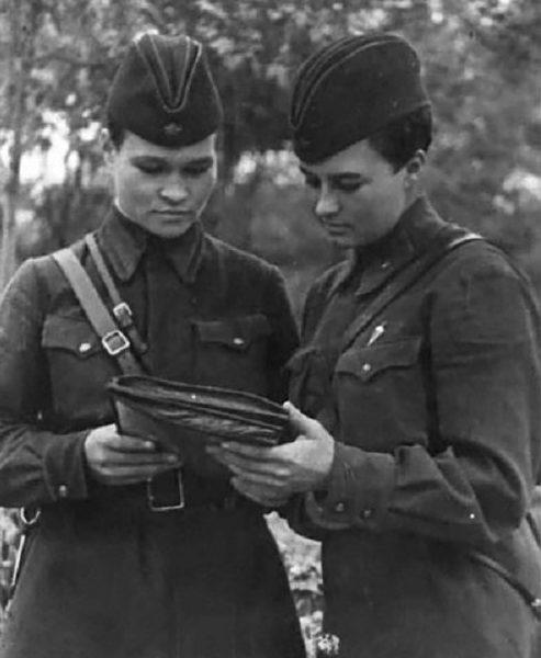 Наталья Меклин с Ириной Себровой. 1943 г.