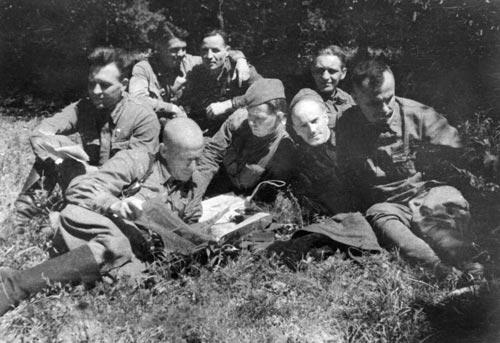 Командующий центральным штабом партизан Крыма полковник М. Т. Лобов и комиссар Северного соединения партизан Н. Д. Луговой с членами штаба за разбором боевой операции. Август 1942 г.