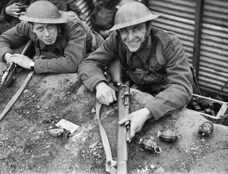 Солдаты 1-го королевского полка Западного Кента в траншеи около Рубе. 3 апреля 1940 г.
