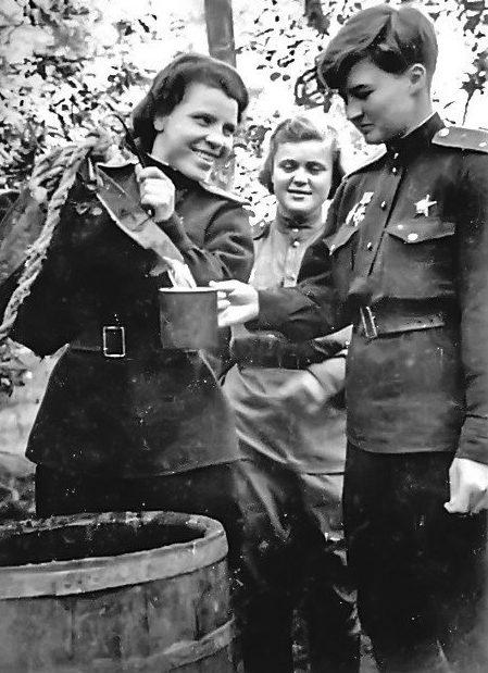 Меклин в кругу сослуживцев. 1943 г.