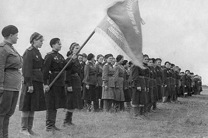 Вручение Гвардейского знамени полку. Знамя в руках Натальи Меклин. 1943г.