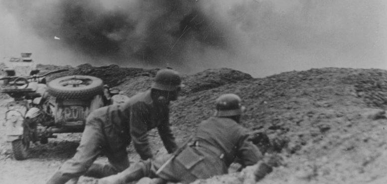 Немецкие солдаты укрываются от огня под Керчью.1942 г.