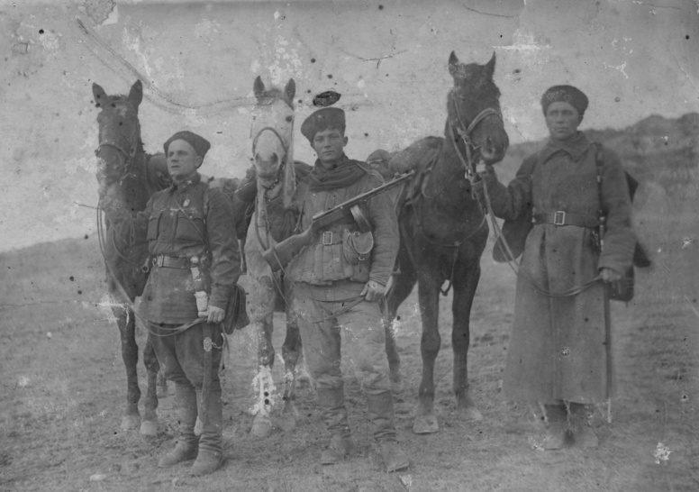Казаки 72-й кавалерийской дивизии РККА в Крыму. Май 1942 г.