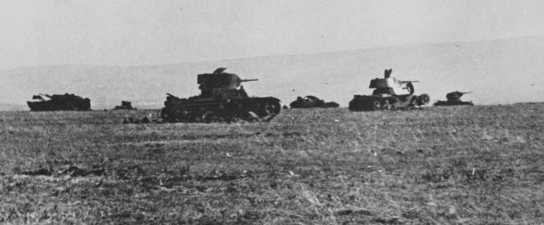 Советские легкие танки Т-26, уничтоженные под Керчью. Июль 1942 г.