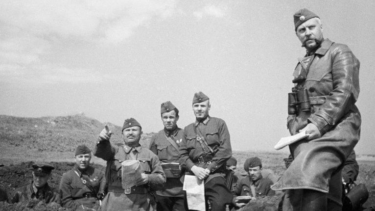 Командующий 51-й армии генерал-лейтенант В. Н. Львов (крайний справа) и полковой комиссар С. Л. Касумович на командном пункте. 1942 г.