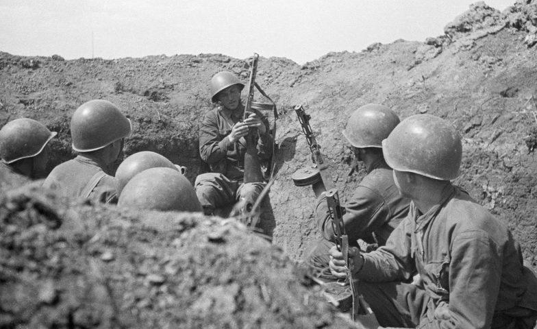 Красноармейцы в окопе на Крымском фронте. 1942 г.