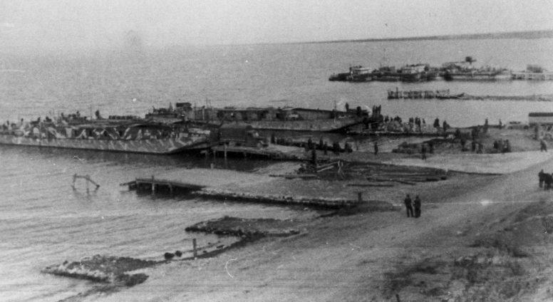Немецкие десантные баржи выгружают войск у мыса Казантип в Азовском море. Сентябрь 1942 г.