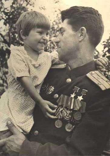Подполковник Молодчий с дочерью. 1948 г.
