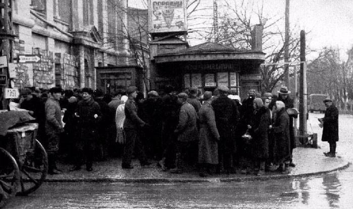 Киоск с газетами на русском и татарском языках. Симферополь 1942 г.