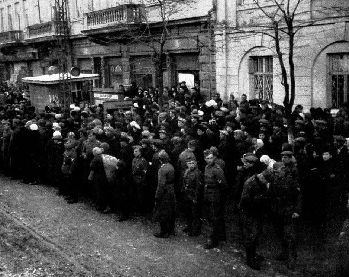 Жители Симферополя и солдаты Вермахта слушают сводку новостей по радио. 1942 г.