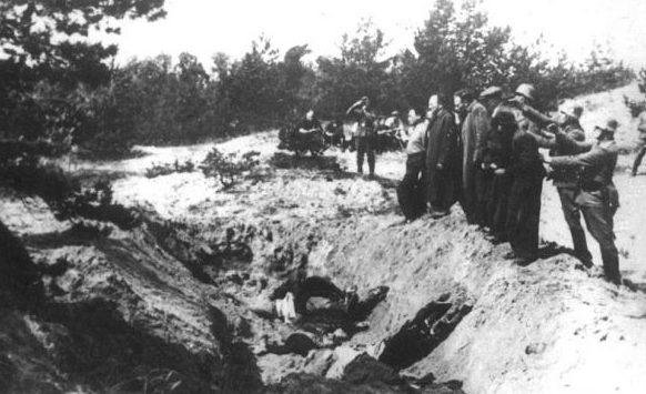 Расстрел евреев под Симферополем. 1942 г.