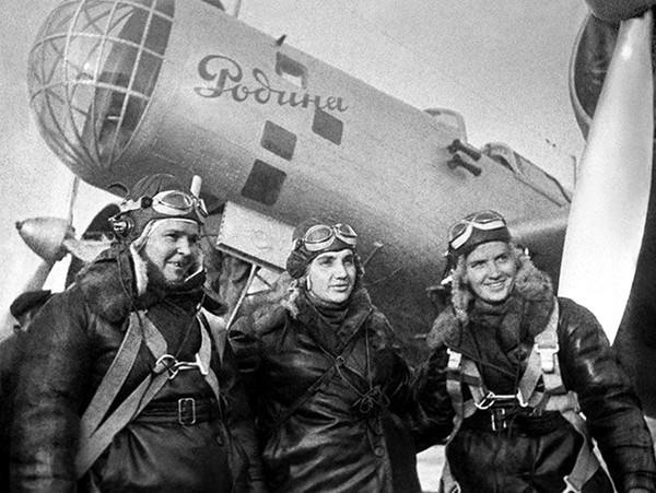Раскова с экипажем самолета «Родина».1938 г.