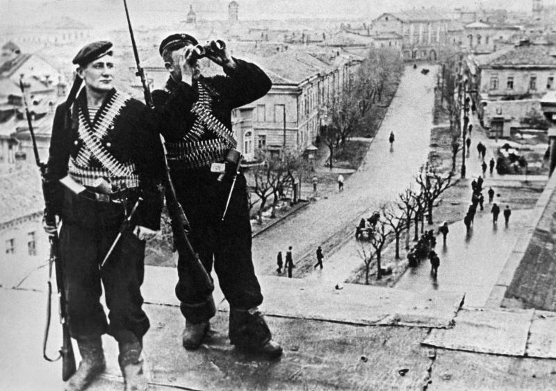 Краснофлотцы на крыше дома в освобожденной Керчи. 1942 г.