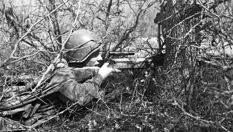 Снайпер Я. Барабаш на сборах снайперов Приморской Армии. 1942 г.