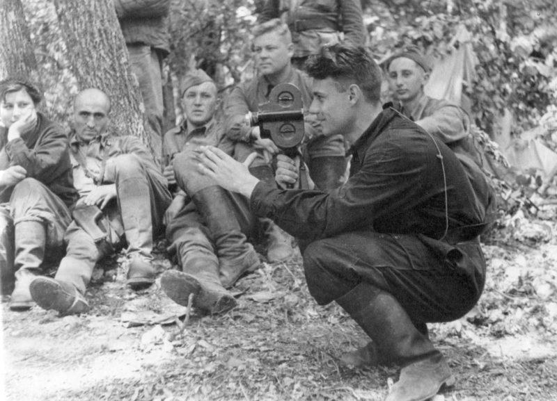 Крымских партизан снимает кинооператор Иван Запорожский. 1943 г.