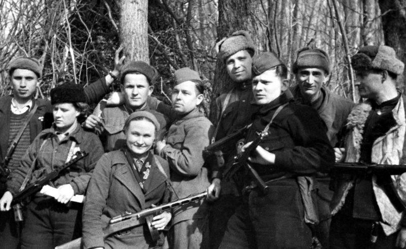 Начальник политотдела Н. Луговой с группой партизан. Весна 1943 г.