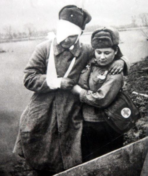Нечепорчукова Матрёна Семёновна оказывает помощь раненному Рогачёву А.С. 1944 г.